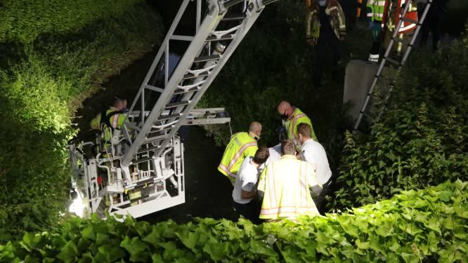 Vermiste vrouw na urenlange zoektocht onderkoeld teruggevonden in gracht dankzij politiehelikopter