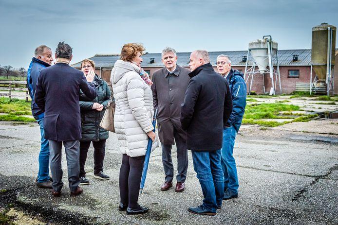 Werkbezoek van burgemeester (Spies, midden) en wethouders van Alphen aan Aarlanderveen. Daarbij werden mogelijke bouwplekken bezocht. Aan het Noordeinde mogen nu vijf huizen en een camping komen.