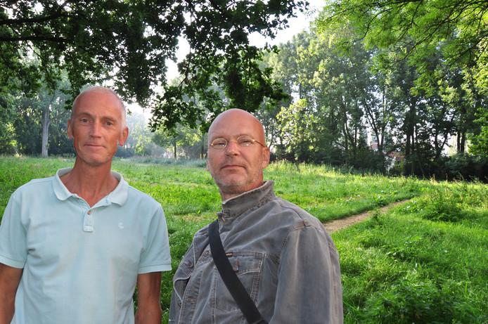 """Johan de Hond (links) en Rob Weijers van de werkgroep Natuur & Milieu van Platform Waspik bij het Wandelbos. ,,Er is ruimte gemaakt voor het groen."""""""