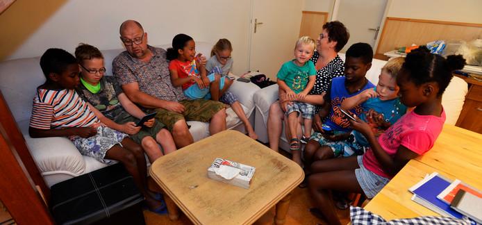 Wouter en Nelleke Kok te midden van hun acht pleegkinderen.