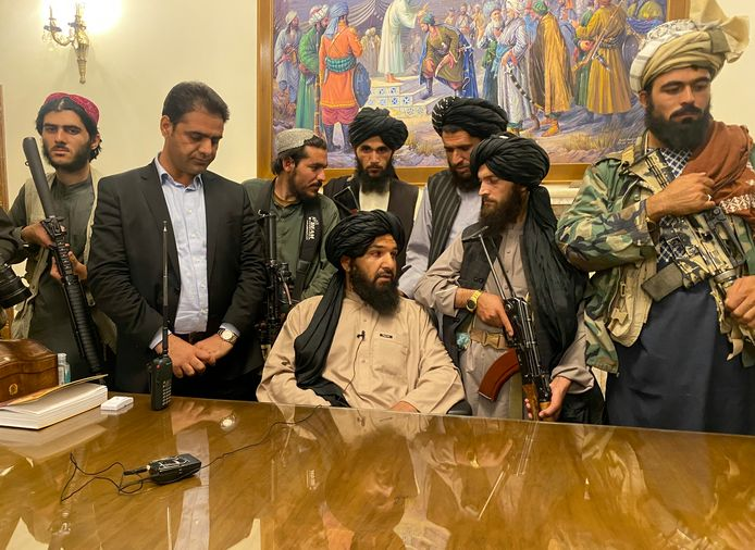 Strijders van de Taliban in het presidentiële paleis in Kaboel.