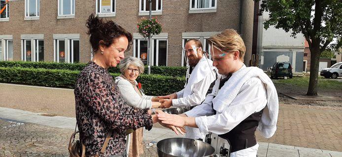 Bezoekers van de opening van het RAADhuis werden getrakteerd op een was- en massagebeurt van hun handen.