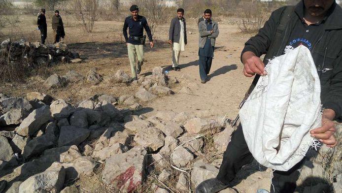 Pakistaanse politie inspecteert de plek waar de bom afging.