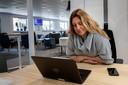Docent tekenen en filosofie op het Nuenens College Martine Tilleman geeft filosofieles via de laptop aan leerlingen thuis.