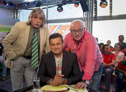 Tijdens VI Oranje lag Johan Derksen overhoop met René van der Gijp (r). Middenin presentator Wilfred Genee.