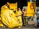 Activisten protesteren tegen de aandeelhoudersvergadering en tegen de aanpak van de coronacrisis van het oliebedrijf.