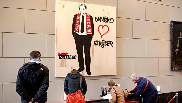 Damsko Strijder van Kamp Seedorf - een eerbetoon aan wijlen burgemeester Van der Laan - werd in eerste instantie verwijderd van een metrohalte van GVB, maar is door het Amsterdam Museum nieuw leven ingeblazen.