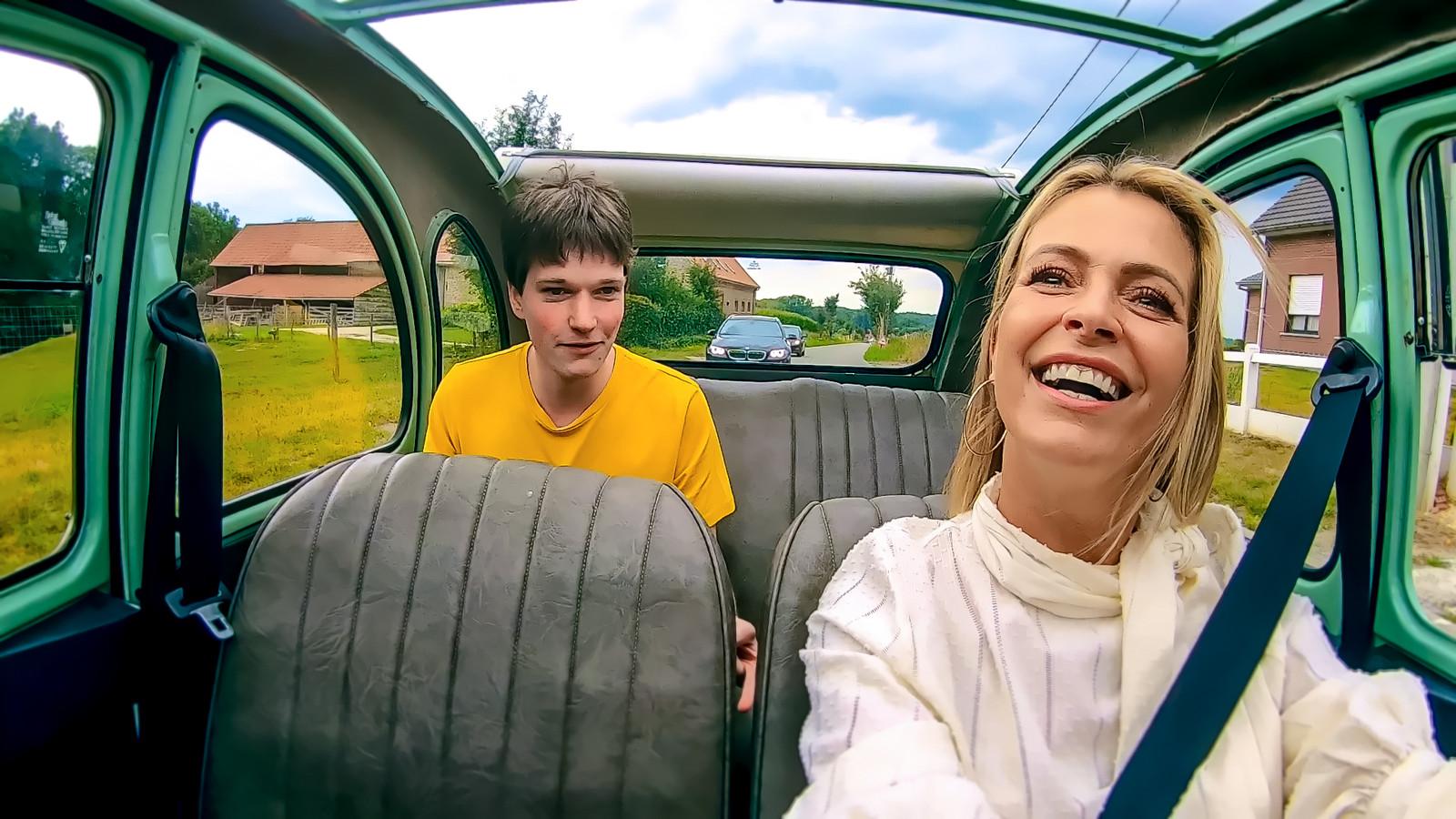 """Deelnemer Damon in de wagen bij koppelaarster Karen Damen. """"Ik was vooral benieuwd naar wie ze voor mij gevonden hadden."""""""