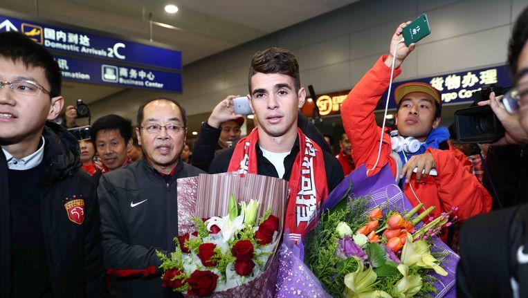 De Braziliaanse international Oscar arriveert op de luchthaven van Sjanghai, nadat hij voor een bedrag van ruim 60 miljoen euro van Chelsea naar de plaatselijke club is overgestapt. Beeld AFP