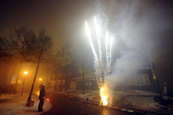 In de Maasstraat in Cuijk wordt vuurwerk afgestoken. Foto ter illustratie.