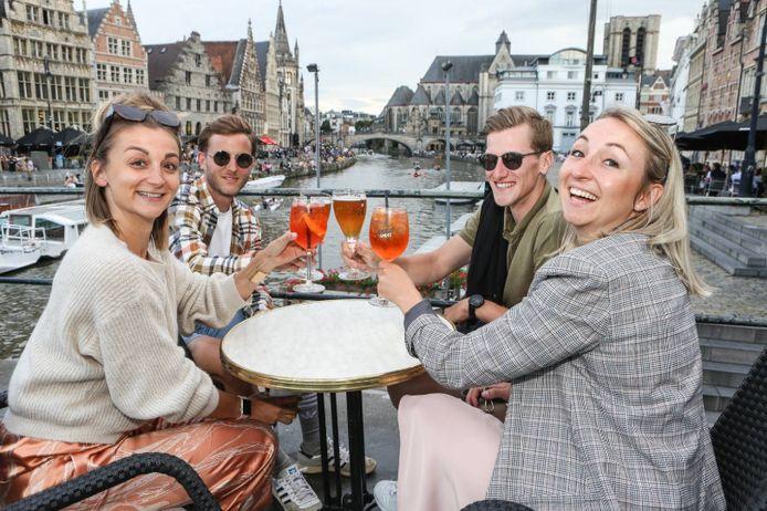Des jeunes profitent d'une terrasse à Gand, durant l'été 2020.