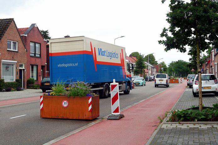 Ondanks het vrachtwagenverbod en de 30 kilometer-zone, blijven de omwonenden van de Bredaseweg grote moeite met de verkeersveiligheid van hun weg hebben.