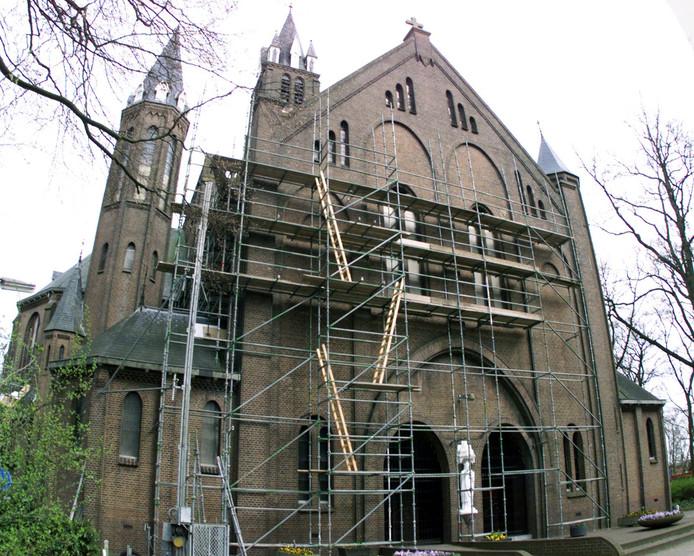 In 2004 stond de gevel van de Willebrordse kerk in de steigers.