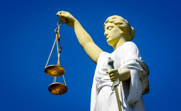 Een beeld van Vrouwe Justitia, het symbool van rechtvaardigheid