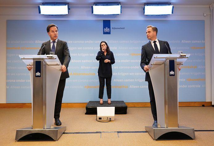 2020-05-19 20:01:21 DEN HAAG - Premier Mark Rutte en Minister Hugo de Jonge van Volksgezondheid, Welzijn en Sport (CDA) tijdens een persconferentie op het ministerie van Veiligheid en Justitie, na een overleg van de Ministeriele Commissie Crisisbeheersing (MCCb) over het coronavirus. ANP BART MAAT 19-5-20