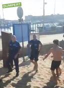 Op beelden van de mishandeling in IJmuiden is te zien hoe een groep jongeren de boa's achtervolgt waarbij rake klappen worden uitgedeeld.