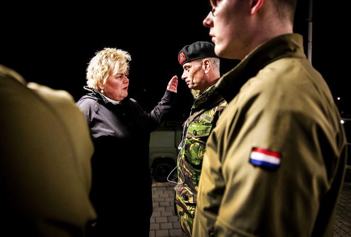 Burgemeester Ineke van Gent in gesprek met militairen bij aankomst op Schiermonnikoog.