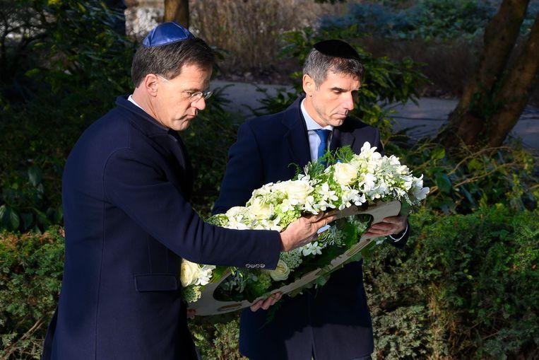 Minister-president Mark Rutte en staatssecretaris Paul Blokhuis bij de Nationale Holocaust Herdenking vorig jaar.  Beeld ANP
