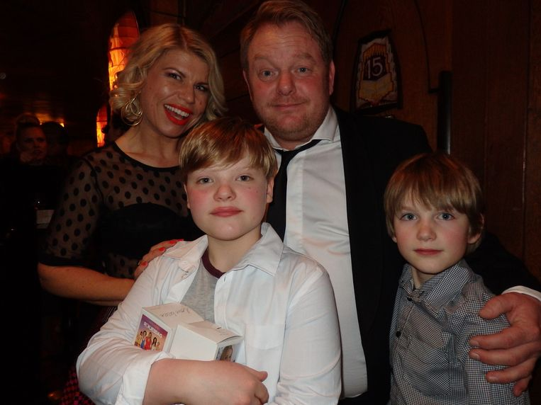 Actrice Anne-Marie Jung, acteur Martijn Fischer en zijn zoons Frank (r) en Gilles. Hij heeft weinig met rokjesdag: 'Nee, dat heb ik nog nooit zo beleefd.' Komt goed, Gilles. Beeld -