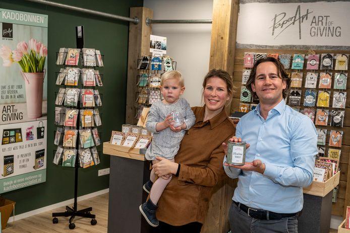 Martje van de Poll, met op de arm dochter Leanne, en daarnaast haar man Daniël Schechtl, in de showroom/kantoor van hun bedrijf Paper Art.