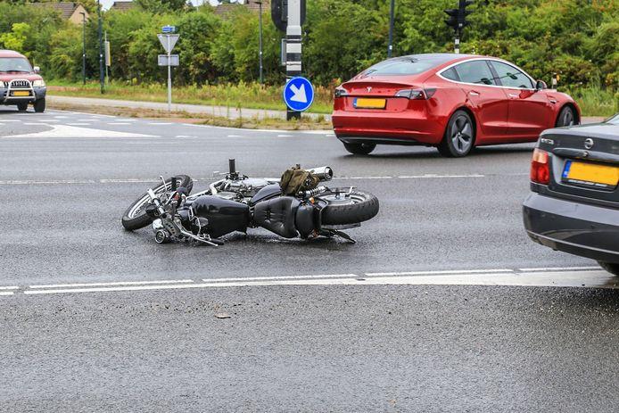 De motorrijder ging onderuit nadat hij moest remmen voor rood licht.
