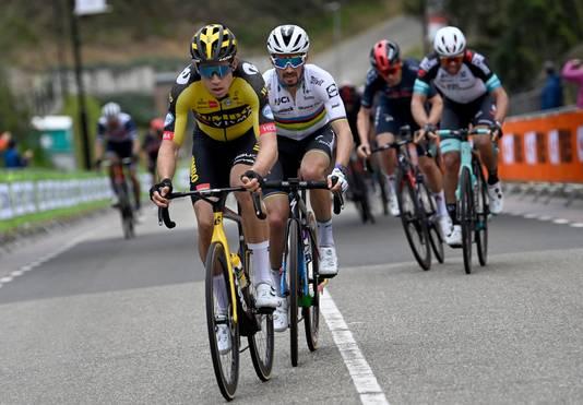 Wout van Aert op kop, met Julian Alaphilippe in zijn wiel. Tom Pidcock (rood-zwarte helm) in de achtergrond.
