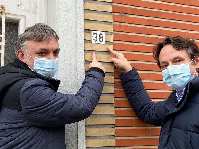 Wendy Vanleeuw en schepen Bram  Delvaux van Open Vld Tienen die pleit voor reflecterende huisnummers