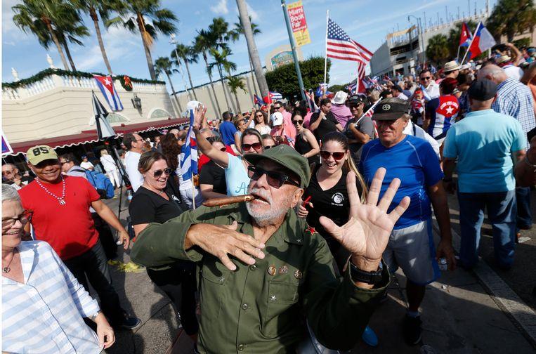 Cubaanse Amerikanen in Miami vieren feest na de dood van Fidel Castro.  Beeld AP