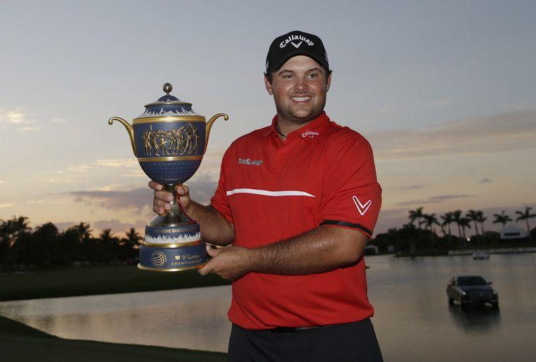 Winnaar Patrick Reed met de Gene Sarazen Cup, de trofee die hoort bij de eindzege in de Cadillac Championship. Beeld ap