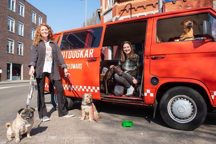 Ruby Droppert (links) en Dieuwertje Vorstenbosch (rechts) hebben van hun foodtruck tijdelijk een hondenuitlaatservice gemaakt.