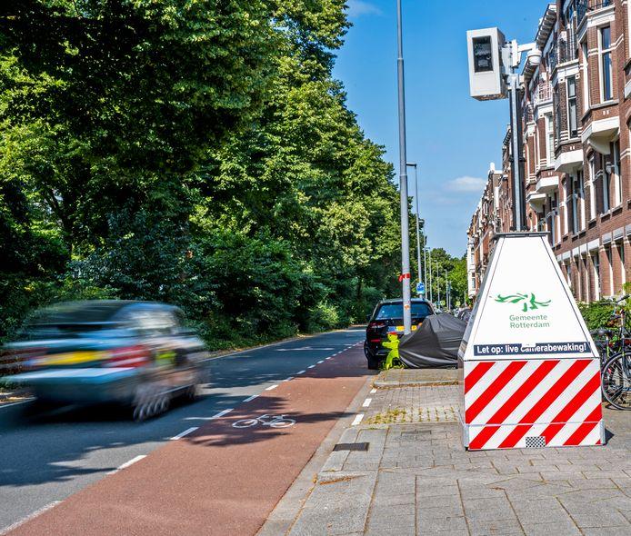 Hardrijders hebben in Rotterdam een nieuwe 'tegenstander': verrijdbare flitspalen.