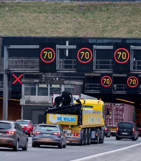 Brandweer bevrijdt geknelde bestuurder na een ongeval voor de Kennedytunnel