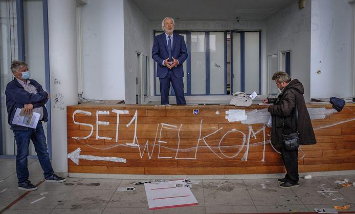Algemeen Howest-directeur Lode De Geyter geeft in zijn eigen kenmerkende stijl een woordje uitleg, in de vroegere inkom van de gewezen kliniek