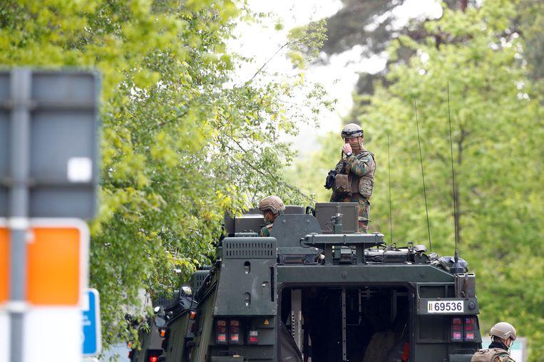 Tientallen soldaten doorzoeken het Natuurpark Hoge Kempen. Beeld REUTERS
