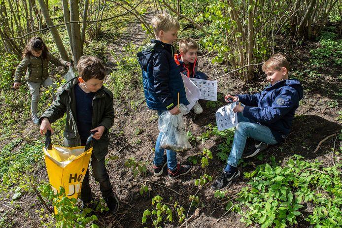 Buitenlesdag voor leerlingen van basisschool Sinte Maerte waarbij ze zelf spullen uit de natuur moeten verzamelen.