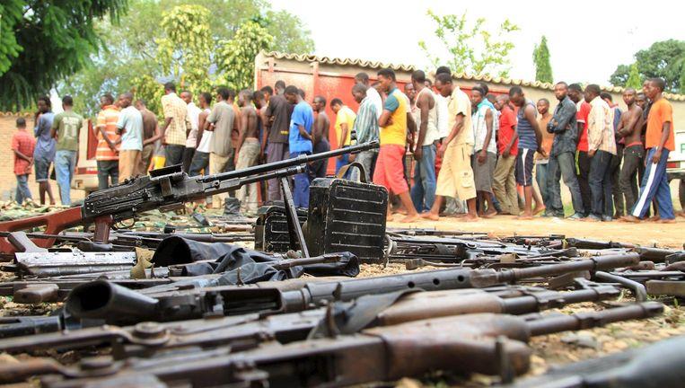 Het Burundese leger toont een deel van hun 'vangst': wapens en mannen die volgens hen strijders zijn. Beeld REUTERS
