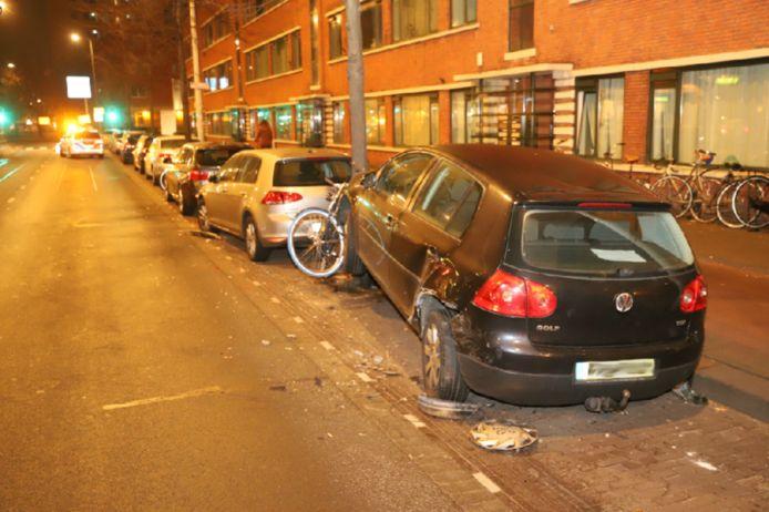 Afbeelding ter illustratie: Een van de beschadigde auto's na het ongeluk eind november op de Lijnbaan in Den Haag