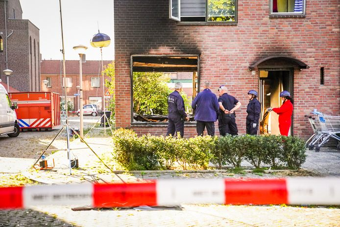 Dinsdagochtend is de grote schade door de explosie en de brand aan het huis aan de Moreelselaan duidelijk te zien.