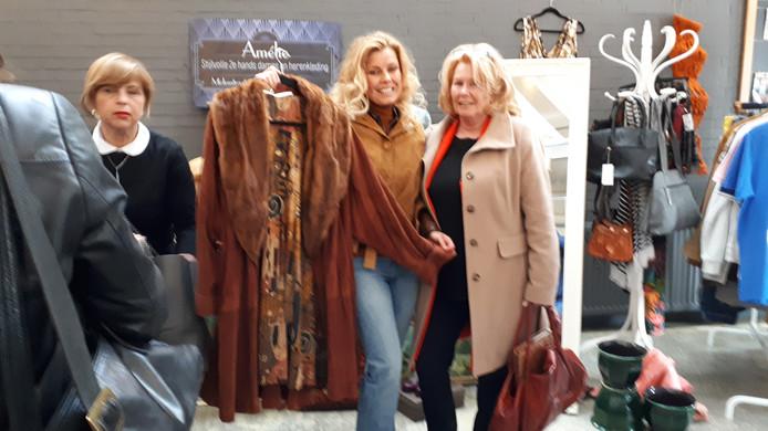 Mirella Wichers is in haar sas met haar nieuwe jas. Rechts moeder Anneke.