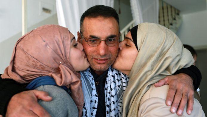 Ibrahim Taqtoq, l'un des prisonniers palestiniens libéré, accueilli par ses soeurs au domicile familial