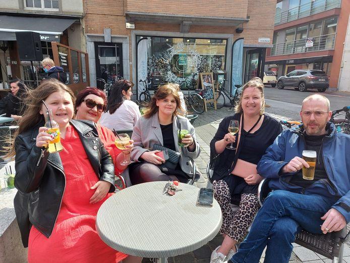 Heropening terrassen lokt Poperingenaars uit hun kot: Rachelle Vandromme, Sylvia Dubois, Shaneequa Fevreker, Liesbeth Carpentier en Ludovic Vandromme