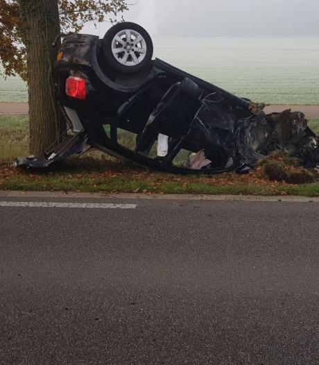 Auto slaat over de kop na frontale botsing met vrachtwagen op Torenallee