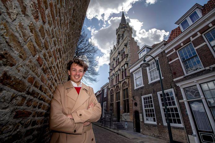 Pix4Profs/Tonny Presser - Jordi Bosman in de Hoogstraat  bij het oude stadhuis. Het gebouw, in laatgotische stijl, werd gebouwd omstreeks 1475.