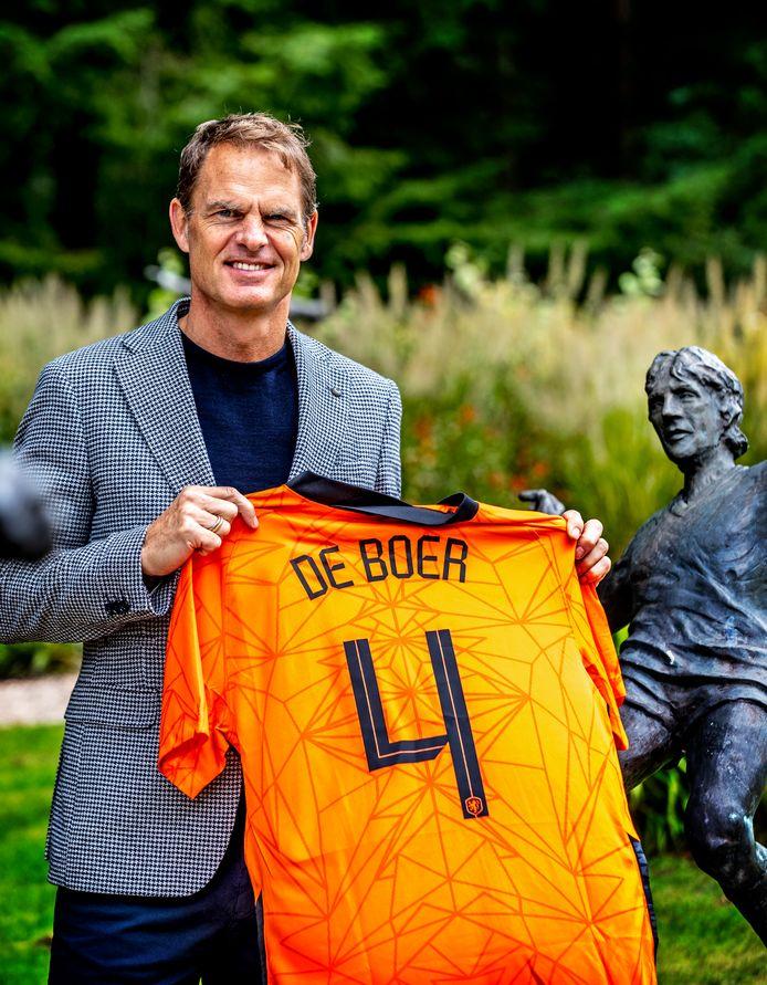Frank de Boer in de beeldentuin van de KNVB in Zeist.