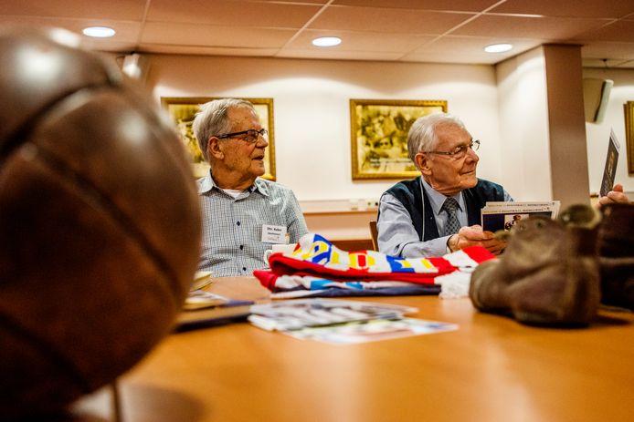 Alleenstaande ouderen komen bij elkaar in het Willem II stadion, doormiddel van oude atributen van de club kunnen ze met elkaar in contact komen bij Football Memories.