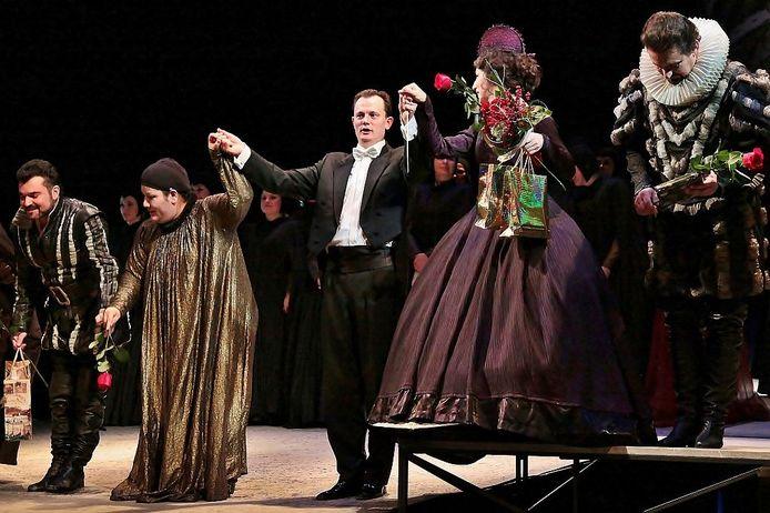 Dirigent Sander Teepen neemt het applaus in ontvangst in Ostrava