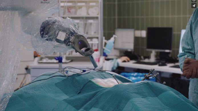 De dienst neurochirurgie van het HeiligHartziekenhuis in Lier gebruikt voortaan een GPS-gestuurde robotarm voor rug- en nekoperaties.
