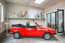 De garage maakt integraal deel uit van het huis: ze dient tegelijk als opslagruimte, provisiekamer, vestiaire, fietsenstalling en, heel af en toe wanneer het nodig is, als autostaanplaats.