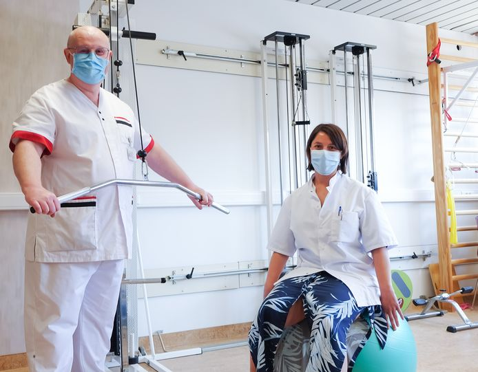 Dr. Timmermans en hoofdverpleegkundige Vyncke in de oefenzaal.
