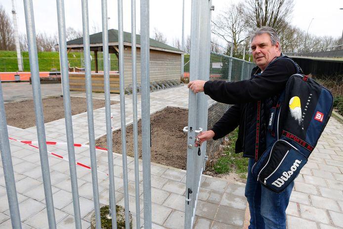 """Ook bij de tennisvereniging in Arkel gaat het hek vanaf dit weekend waarschijnlijk eerder dicht. ,,Misschien dat mensen nu sneller 's middags een uurtje pakken"""", zegt voorzitter Bert Sterk."""